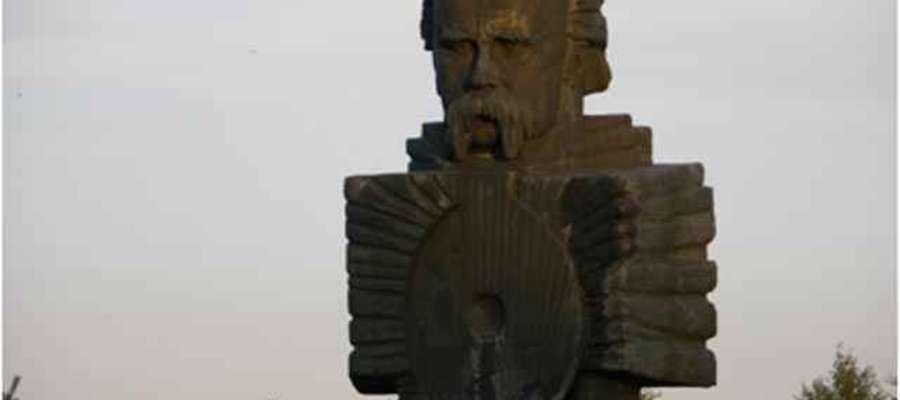 Pomnik Tarasa Szewczenki stojący przed ukraińską szkołą w Białym Borze (zachodniopomorskie)