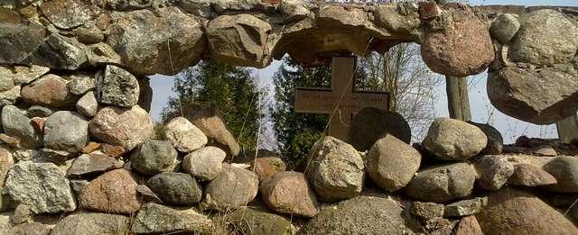 Szestno: umierający cmentarz z żeliwnymi krzyżami - full image