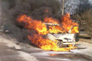 Auto stanęło w płomieniach przed przejazdem kolejowym