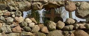 Umierający cmentarz z żelaznymi krzyżami w Szestnie