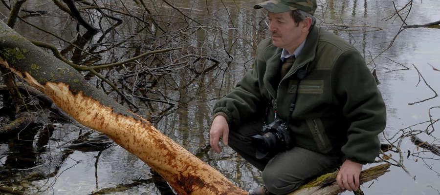 Waldemar Bzura podczas poszukiwania oryginalnych kadrów warmińsko-mazurskiej przyrody