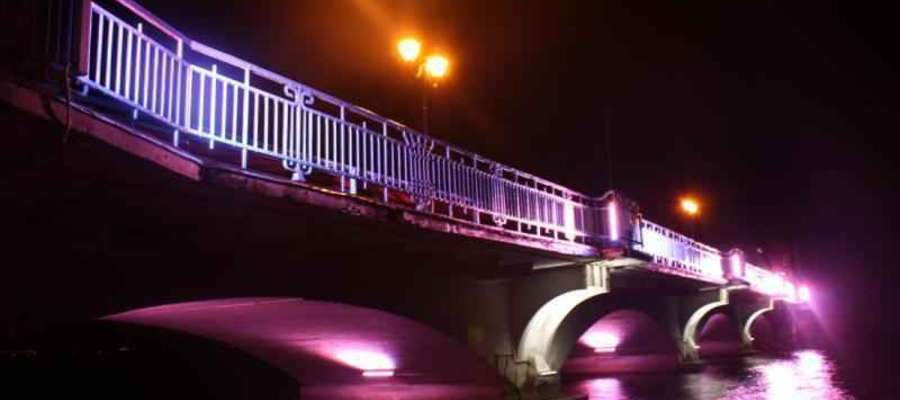 Ełk: podświetlony most na jeziorze Ełckim