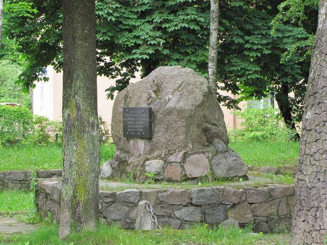 Ryn: pomnik wyzwolicieli i utrwalaczy komunizmu  - full image