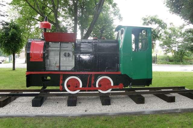 Olecko: Stara lokomotywa w parku przy dworcu kolejowym  - full image