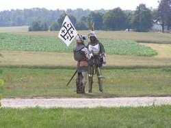 Krzyżacy na razie w dobrych humorach i jak zwykle stoją na słońcu, skazując się na kolejne lanie