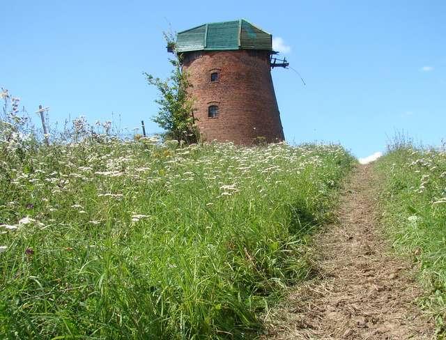 Chętni mogą zwiedzić m. in. holenderski wiatrak w Łąkorzu - full image