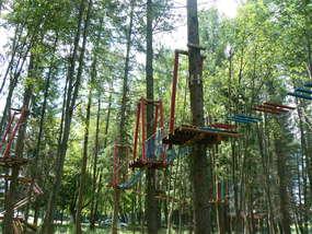 Park linowy w Kamińsku zlokalizowany jest w malowniczym miejscu: nad zalewem