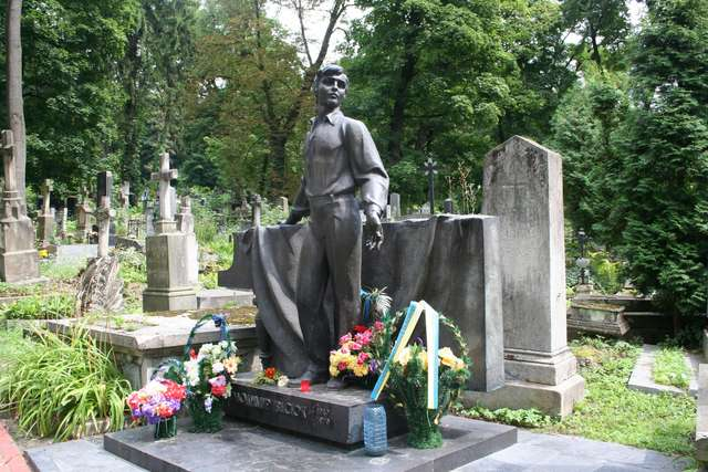 Grób Wołodymyra Iwasiuka, ukraińskiego poety, kompozytora i muzyka. W 1979 roku zamordowało go KGB.   - full image