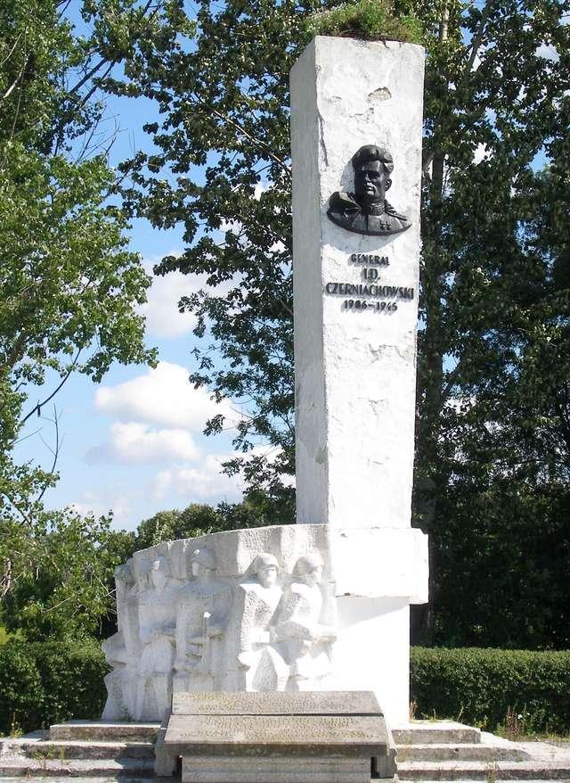Pomnik gen. Czerniachowskiego w Pieniężnie - full image
