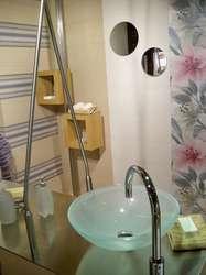 Drewniane drobiazgi ocieplają nowoczesne łazienki