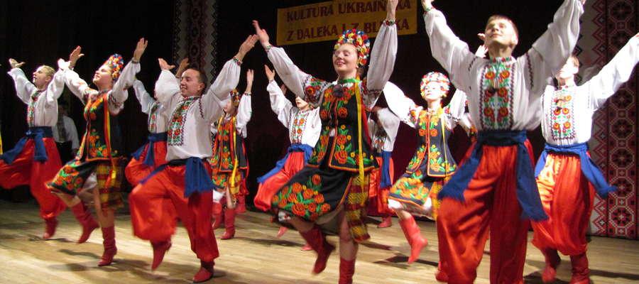 """Zespół Tańca Ludowego """"Czeremosz"""" na scenie Węgorzewskiego Centrum Kultury"""