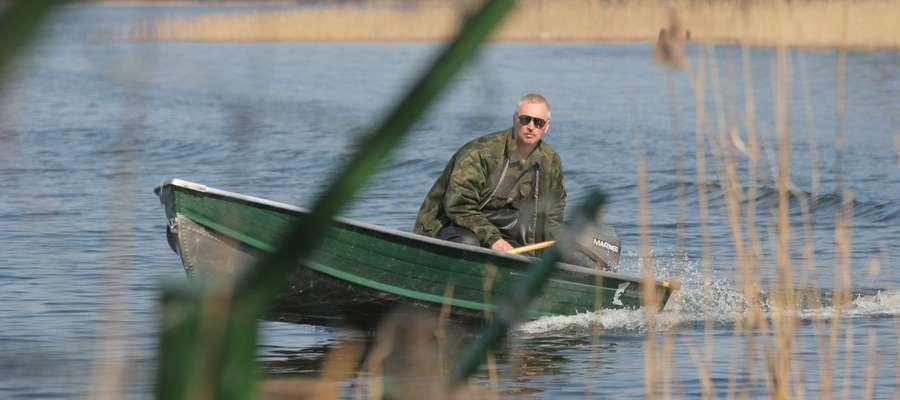 Strażnik rybacki patroluje jezioro. Zdjęcie jest ilustracją do tekstu