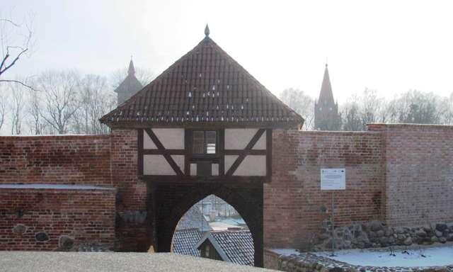 Repliki armat przy Bramie Młyńskiej w Pasłęku - full image