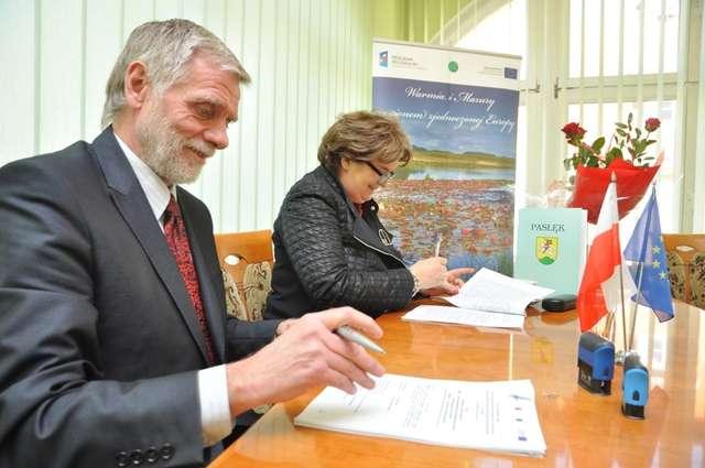 Maria Sokoll - z-ca prezesa WFOŚiGW w Olsztynie i burmistrz Zalewa Marek Żyliński podpisuja umowę - full image