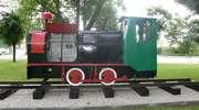 Stara lokomotywa stojąca w parku przy dworcu kolejowym w Olecku