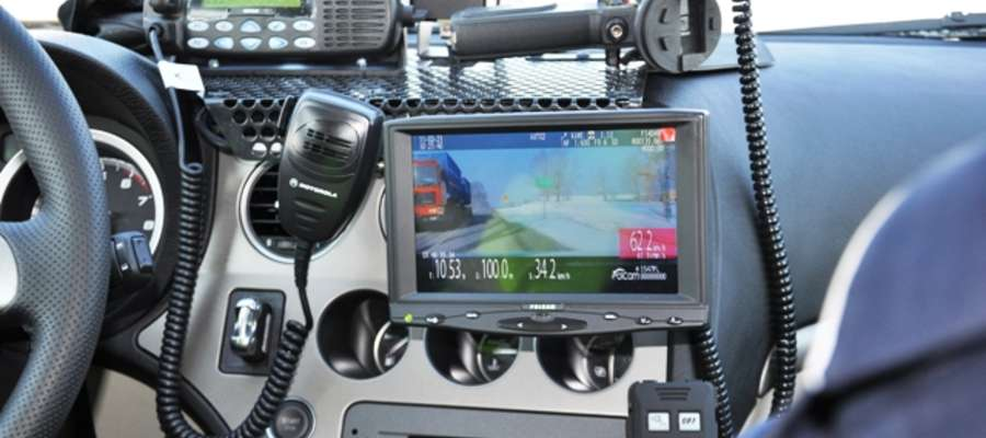 Dzięki radiowozom z wideorejestratorem i laserowym miernikom prędkości, policjanci dużo skuteczniej wyłapują piratów drogowych