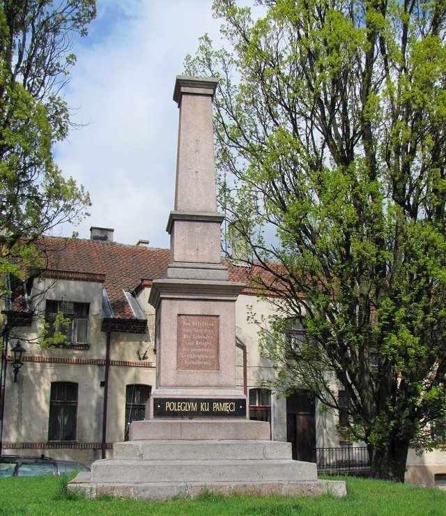 Reszel: pomnik poległych z 1906 roku - full image