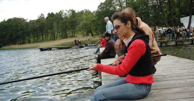 Olga Bończyk łowi ryby nad Szelągiem Małym - full image
