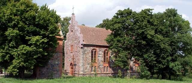Targowo: kamienny kościół   - full image