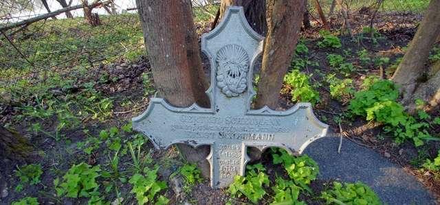 Wejsuny: cmentarz ewangelicki z grobami wojennymi - full image
