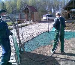 Wymieszane ze sobą składniki preparatu do hydrosiewu nanoszone są na glebę za pomocą pompy zakończonej elastycznym wężem