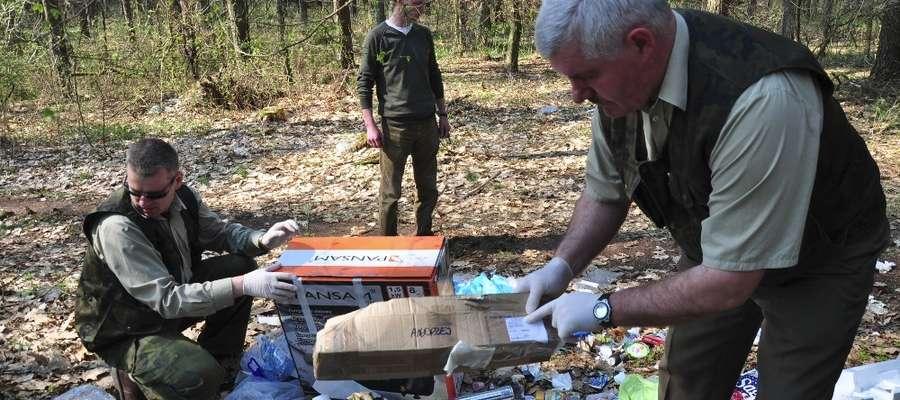Podczas oględzin nielegalnego wysypiska Straż Leśna szuka śladów, które mogą doprowadzić do ustalenia sprawcy