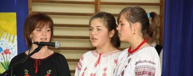 Wokalistki zespołu z Kruklanek wspierane przez instruktorkę Wiktorię Petiuk (z lewej) - full image