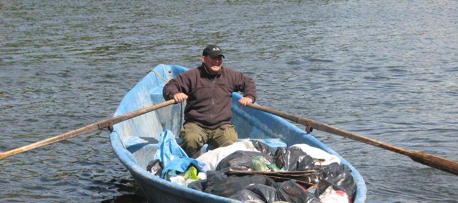 W latach ubiegłych podczas wielkiego sprzątania jezior w Mikołajkach wyciagano worki śmieci.