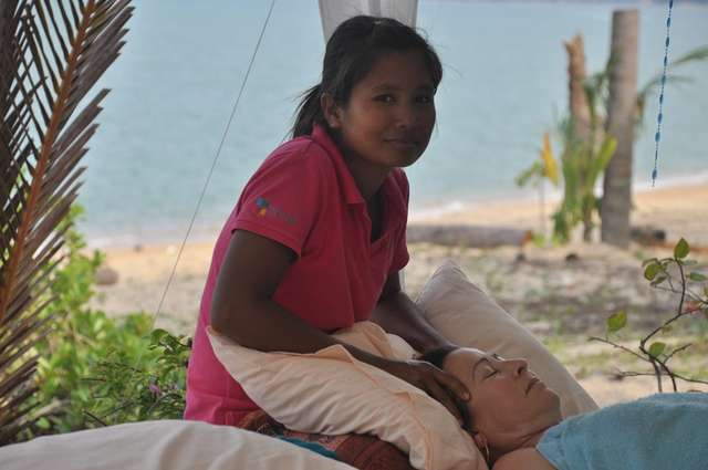 Masaż tajski na plaży niesie relaks i ulgę - full image