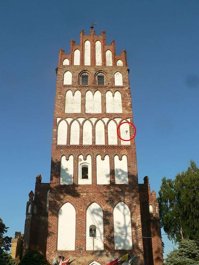 Kula była w widocznym miejscu w murze wieży, na zdjęciu zakreśliłem ją czerwonym kółkiem - full image