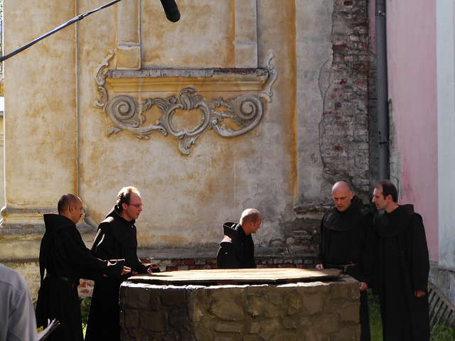 Filmowi zakonnicy w jednej ze scen - full image