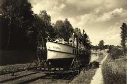 Motorowiec Steenke na pochylni. Pocztówka ze zbiorów Ryszarda Kowalskiego