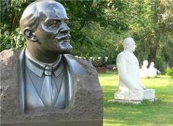 Park Sztuki na Nabrzeżu Krymskim, na pierwszym Park Sztuki na Nabrzeżu Krymskim planie popiersie Lenina, w tle pomnik Leonida Breżniewa