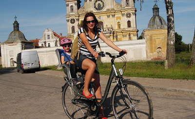 Anna Dereszowska z córką na tle Sanktuarium Maryjnego w Krośnie