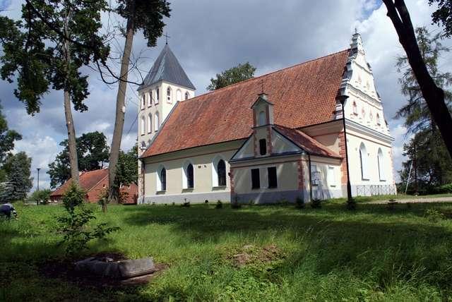 Banie Mazurskie: kościół z XVI wieku pw. Św. Antoniego - full image
