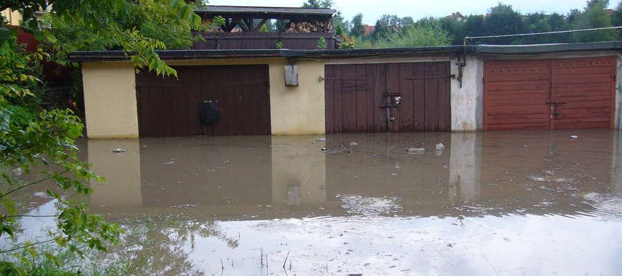 Woda zalała garaże przy ul.Boh.Warszawy