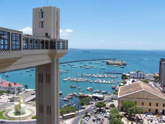 Elevador Lacerda, czyli winda widokowa jest jedną z głównych atrakcji Salvadoru. Stąd rozpościera się widok na Zatokę Wszystkich Świętych  - full image