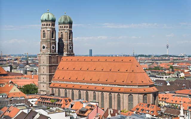 Nad miastem góruje Katedra Najświętszej Marii Panny  - full image