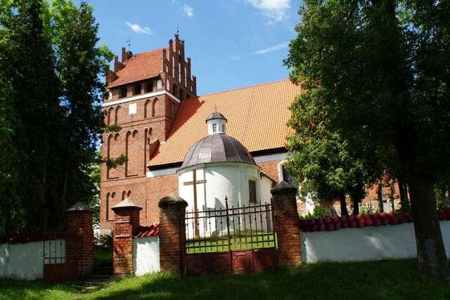 Wozławki: gotycki kościół z XIV wieku - full image