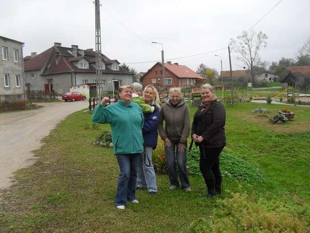Damy radę! — zapewnia w gronie roześmianych pań sołtys Jolanta Dziachan (pierwsza z lewej) - full image
