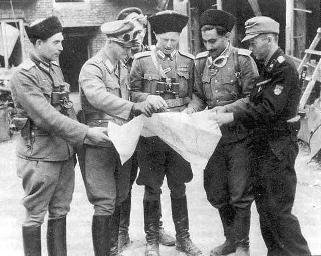 To ich warszawiacy brali za Ukraińców. W środku mjr Iwan Frołow, który dowodził jednostkami RONA (Rosyjska Narodowa Armia Wyzwoleńcza)w czasie Powstania warszawskiego - full image