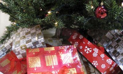 Łapcie kosz świątecznych prezentów