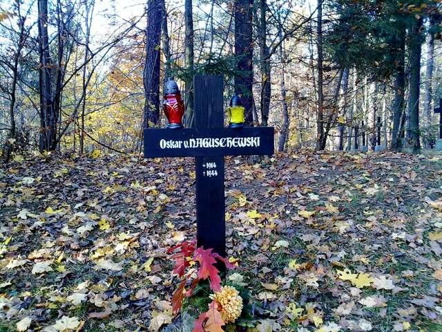 Olsztyn: cmentarz wojenny przy CEiKu - full image