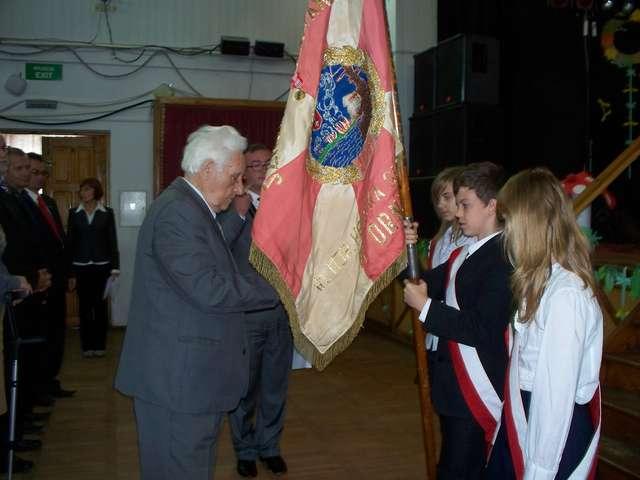 Wiceprezes ZKRP i BWP dekoruje sztandar szkoły Kombatanckim Krzyżem Pamiątkowym — Zwycięzcom — 65. - full image