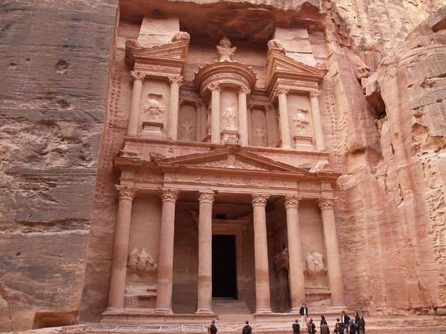 Khazneh — budowla zwana Skarbcem Faraona wykuta została ok. I-II w n.e  - full image