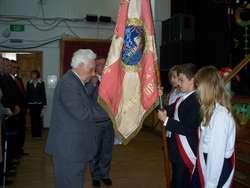 Wiceprezes ZKRP i BWP dekoruje sztandar szkoły Kombatanckim Krzyżem Pamiątkowym — Zwycięzcom — 65.