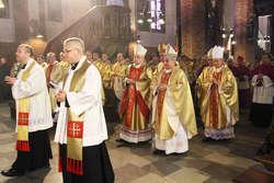 Księża i biskupi w olsztyńskiej katedrze św. Jakuba.