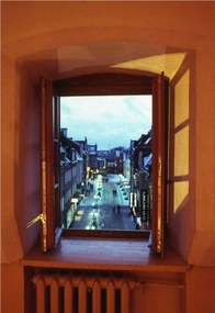 Widok z okna na ulicę prostą.