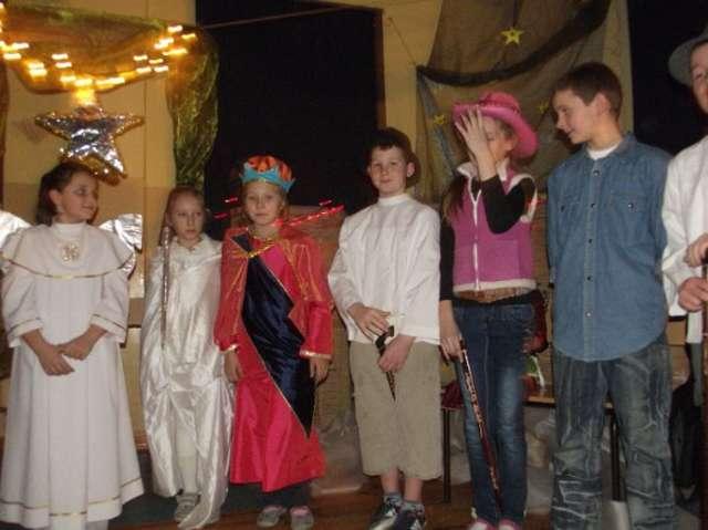Jasełka przygotowały wychowawczynie i uczniowie ze szkoły w Żurawcu - full image