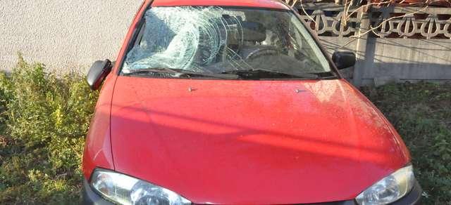 Mitsubishi uderzyło pieszego prawą stroną  - full image